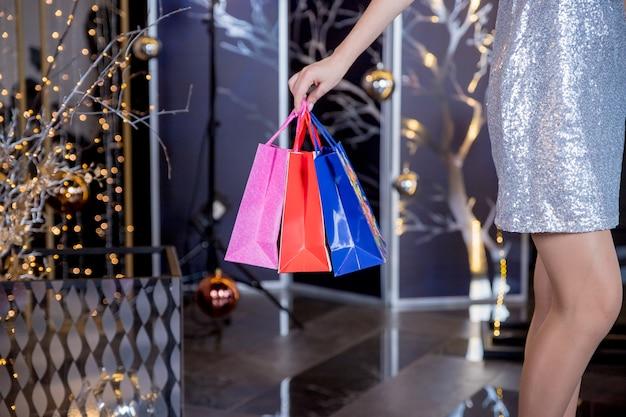 Femme, dans, centre commercial, à, sacs provisions
