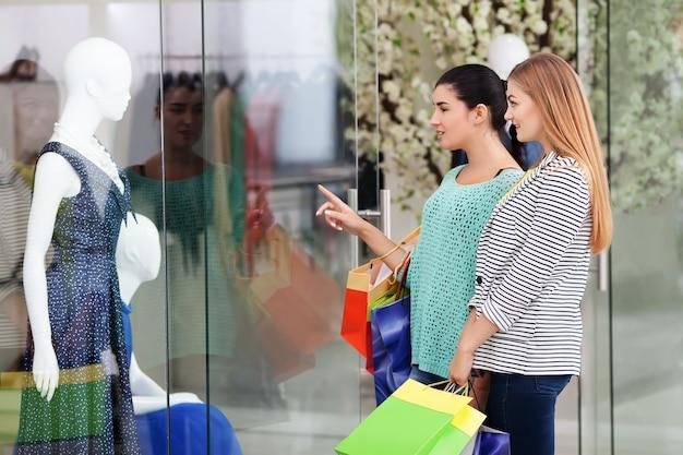 Femme dans le centre commercial
