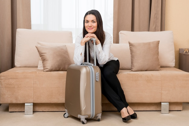 Femme dans chambre d'hôtel