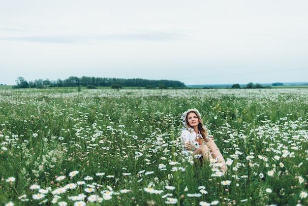 Une femme dans un champ de camomille