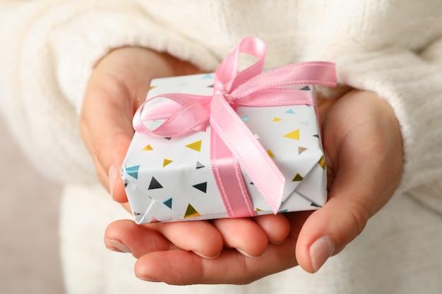 Femme, dans, chandail, tenue, boîte-cadeau, à, arc rose, grand plan