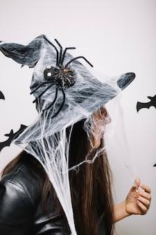 Femme dans un chapeau halloween décoré