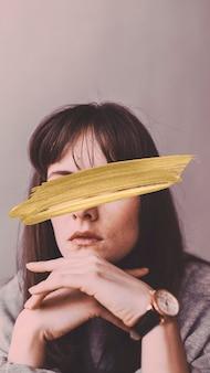 Femme dans une chemise grise à manches longues fond d'écran de téléphone portable