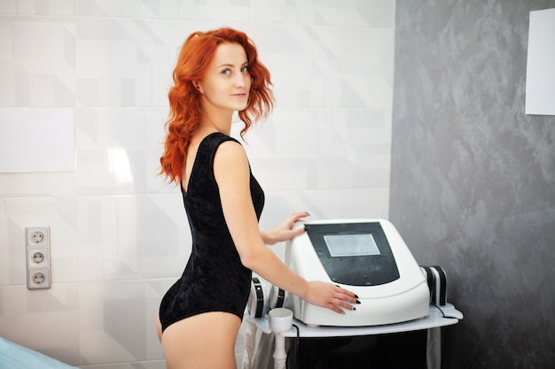Une femme dans une clinique privée attend une procédure de stimulation électrique