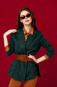 Femme, dans, costume, blazer, mode, glamour, isolé