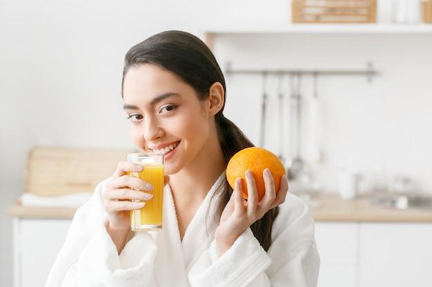 Femme dans la cuisine avec des fruits et autres aliments, mode de vie sain, femme seule à la maison. prise de vue en studio.