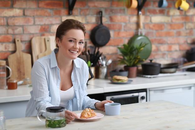 Femme, dans, cuisine