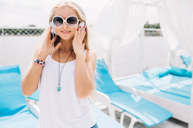 Femme dans les écouteurs dans les salons bleus