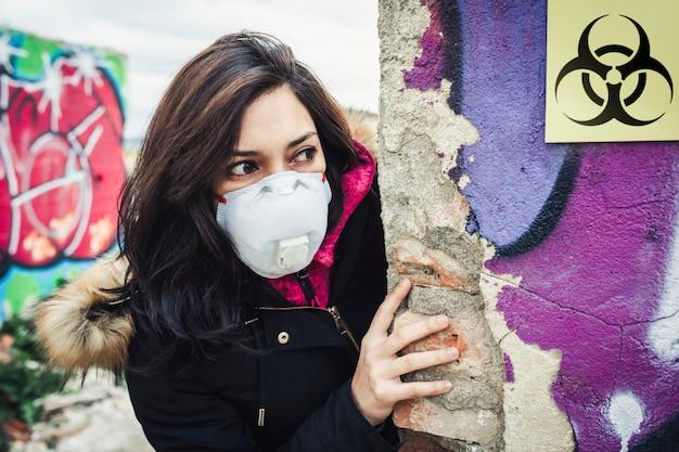 Femme dans un environnement biologiquement dangereux