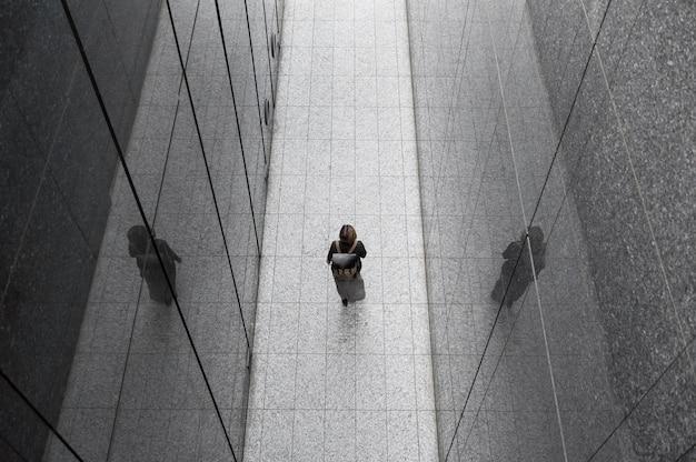 Femme dans un environnement moderne long shot