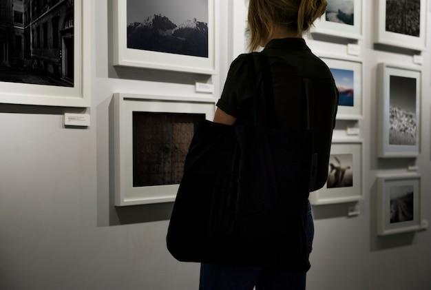 Femme dans une exposition d'art