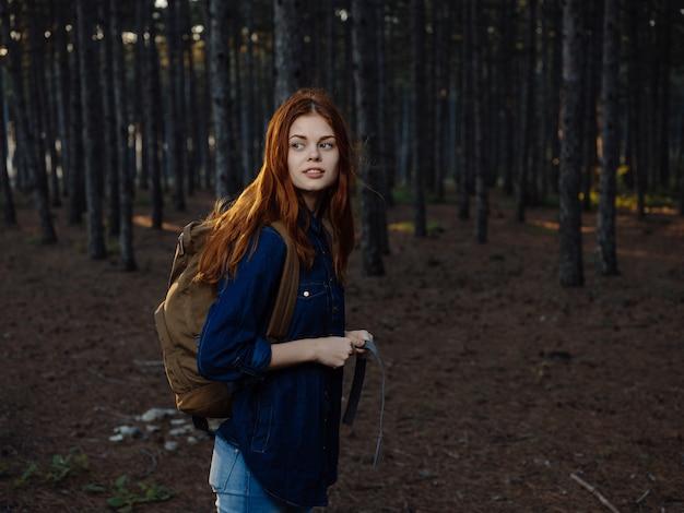 Femme dans la forêt avec un téléphone dans ses mains voyage tourisme de vacances