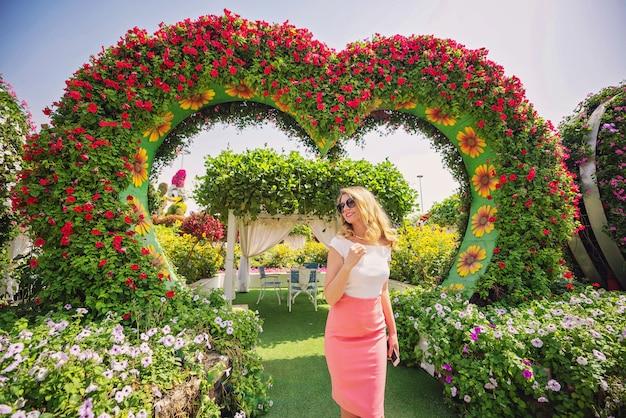 Femme dans le jardin de dubaï