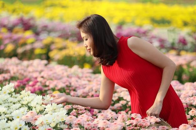 Femme dans jardin fleuri