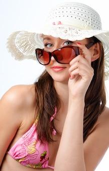 Femme, dans, lunettes soleil, dans, chapeau, blanc