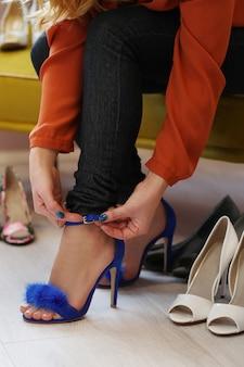Femme, dans, magasin chaussures