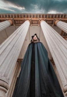 Une femme dans un manteau noir