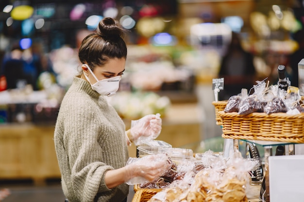 Femme dans un masque de protection dans un supermarché