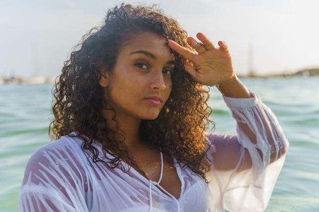 Femme dans la mer regardant droit devant