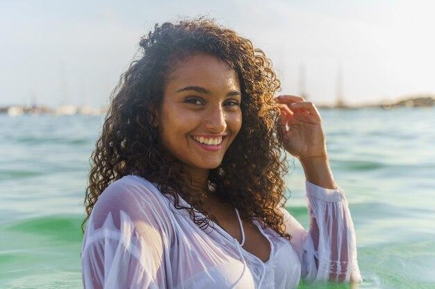 Femme dans la mer souriante. notion de bonheur