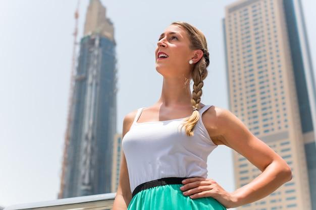 Femme dans la métropole de dubaï