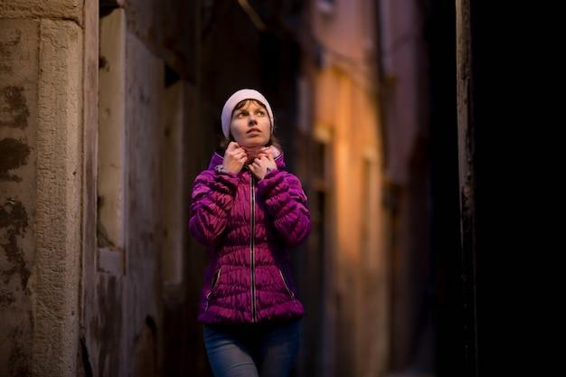 Femme dans le milieu de la rue à l'abri