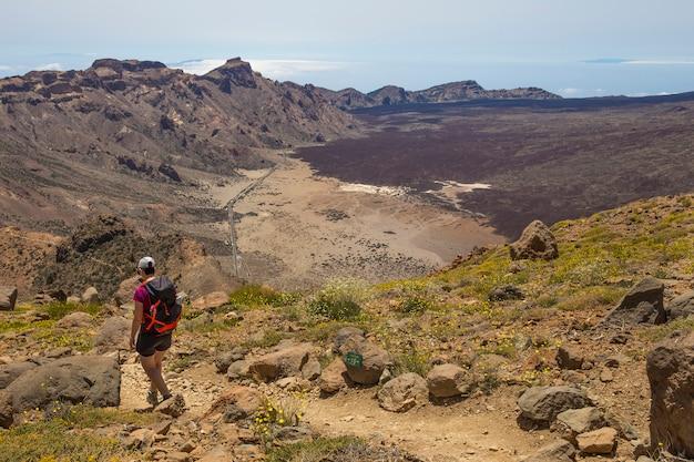 Femme dans la montagne guajara avec vue sur les