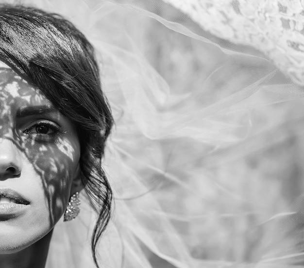 Femme dans l'ombre comme femme mariée sexy avec joli visage