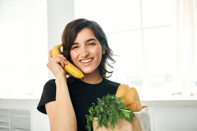 Femme dans le paquet cuisine avec épicerie cuisson livraison de nourriture santé