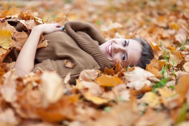 Femme dans un parc d'automne
