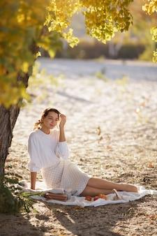 Femme, dans, parc automne