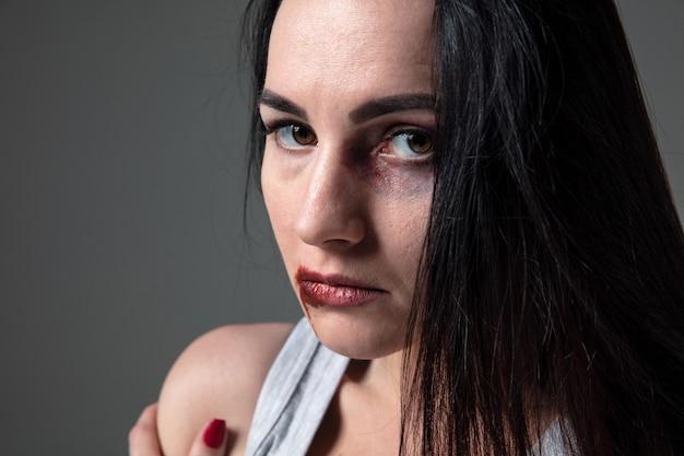 Femme dans la peur de la violence domestique et de la violence, concept des droits des femmes