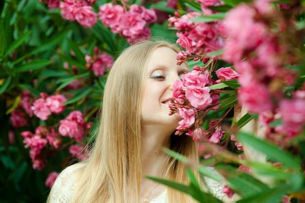 Femme dans la plante d'azalée