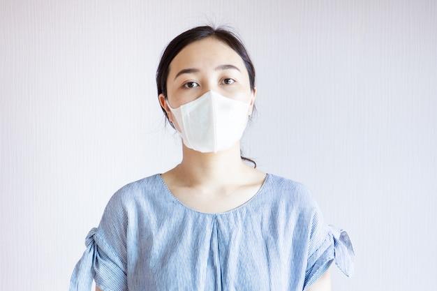 Femme dans la pollution.
