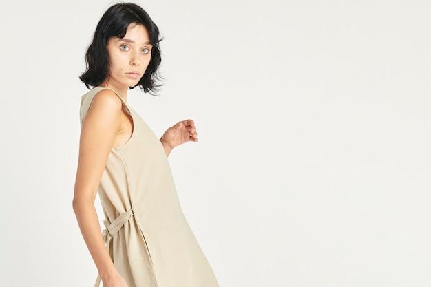 Femme dans une robe beige minimaliste