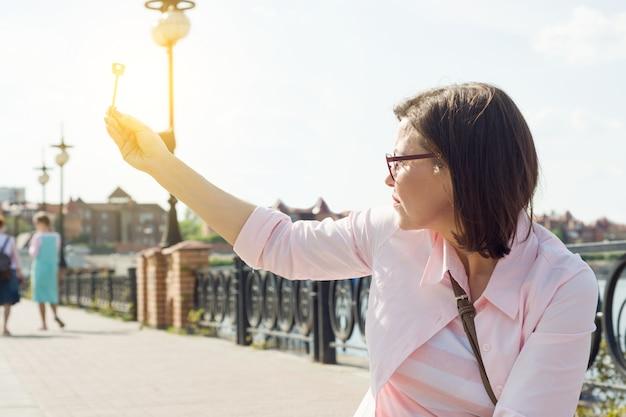 Femme dans la rue tient la clé dans sa main