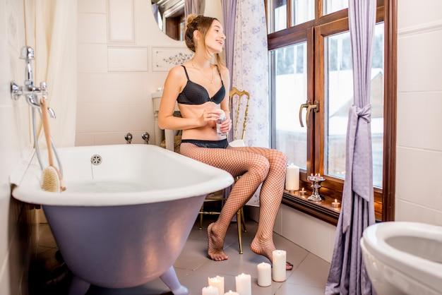 Femme dans la salle de bain