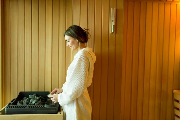 Femme dans le sauna