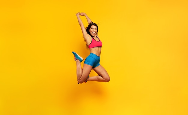 Femme, dans, sportswear, sauter