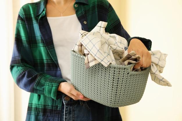Femme, dans, t-shirt, tenue, panier, à, lessive