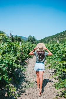 Femme dans le vignoble au soleil