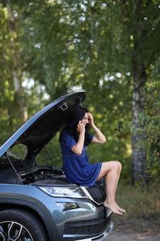 Femme dans une voiture cassée