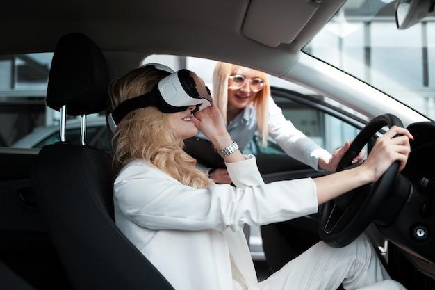 Femme dans la voiture à lunettes 3d