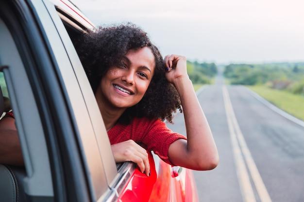 Femme dans une voiture sur la route