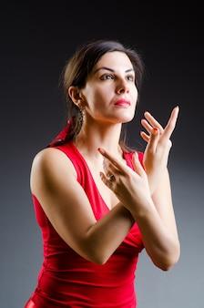 Femme, danse, dans, robe rouge
