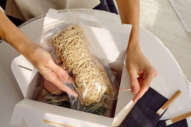 Femme déballant avec fort pour un repas traditionnel japonais