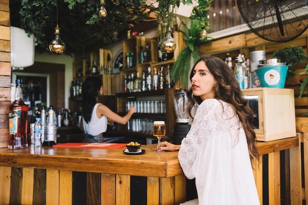 Femme debout au bar