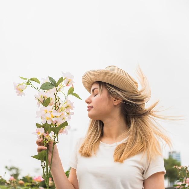 Femme debout avec bouquet de fleurs