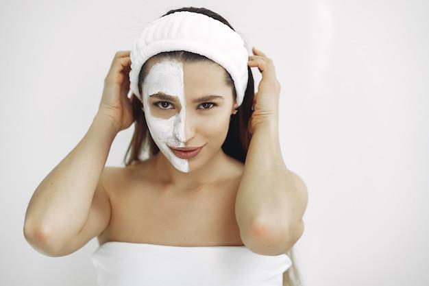 Femme, debout, cosmétologie, studio