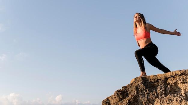 Femme debout sur une côte avec espace copie